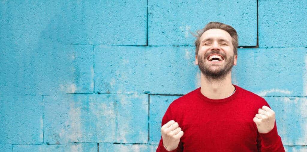 Ein Mann, der sich über die Coaching Ausbildung in Frankfurt freut. Er kann nun andere Menschen in den Bereichen, Health Coaching, Personal Coaching, Business Coaching beraten