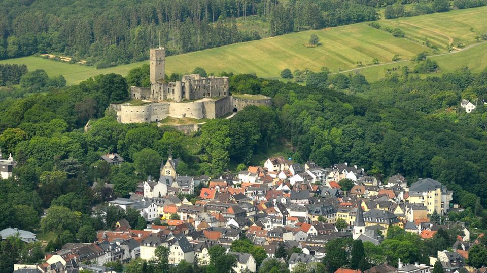 Das Bild zeigt die Ruine der Burg Königstein. Ein tolles Umfeld für ein Business coaching im Taunus. Wir stehen Ihnen auch gerne als Life Coach zur Verfügung.